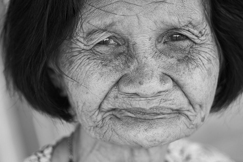 volto di nonna con rughe