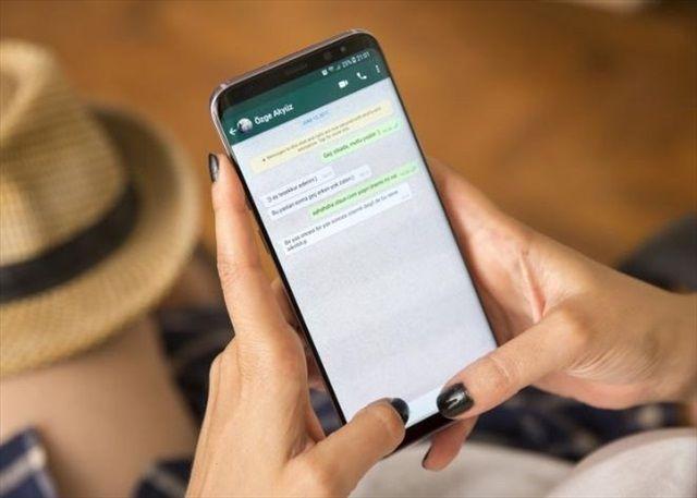 donna che risponde ad sms con frasi porche