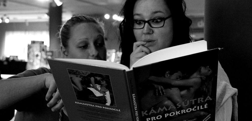 donne che leggono kamasutra per imparare a fare l'amore bene